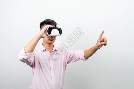 手扶VR眼镜观看动作图片