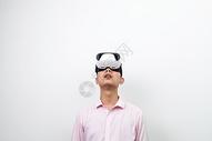 戴着VR眼镜仰望图片