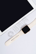 白色背景上的智能手表平板图片