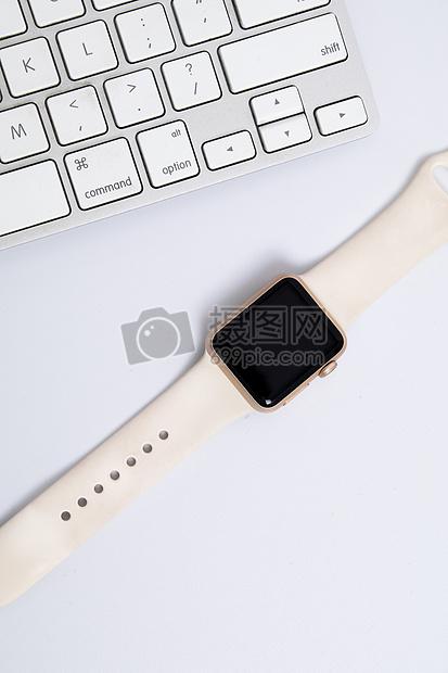 白色背景上的智能手表图片