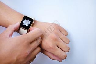 使用智能手表查看时间图片