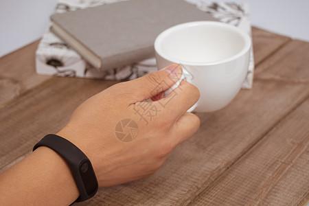 带着智能手环运动手表图片