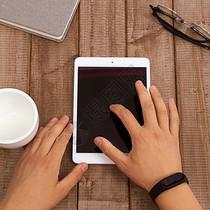 在咖啡店使用平板电脑图片