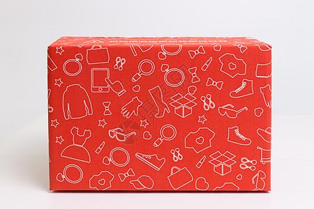 物流快递红色衣服盒子特写图片