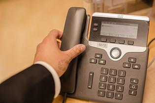 商务男人接听电话图片