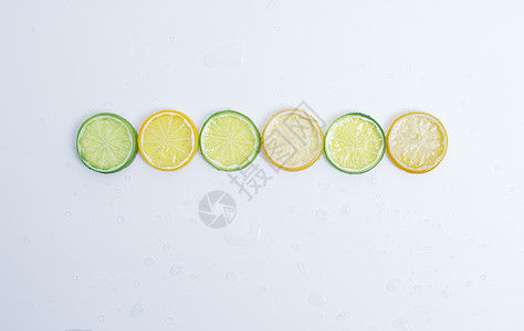 白色背景下的柠檬冰块图片
