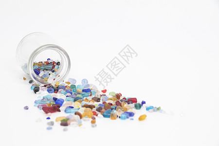 从瓶子里倒出的彩色水晶石图片