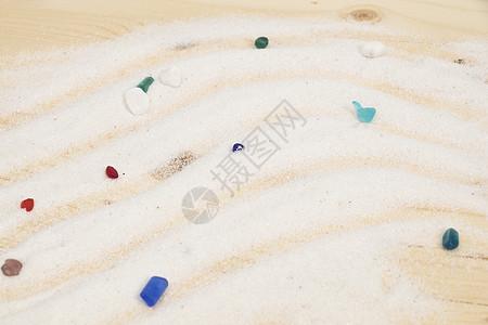 白色细沙上五彩缤纷的水晶图片
