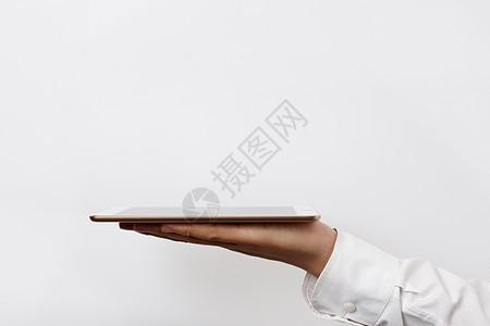 商务男士手托展示平板图片