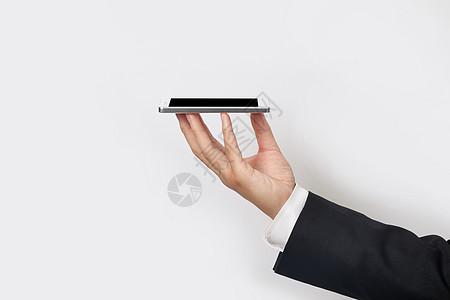 商务男士手托展示智能手机图片