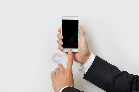 商务人士双手操作智能手机图片