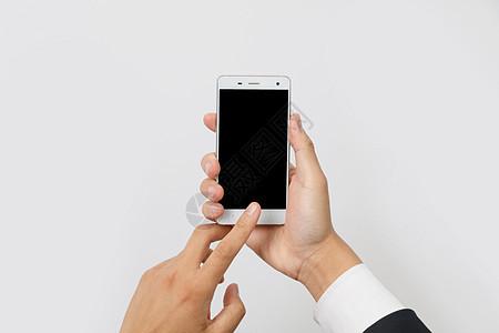 白色衬衣双手操作智能手机图片