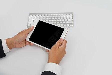 商务男士手持平板电脑图片