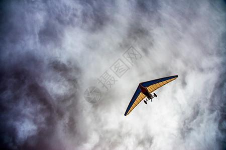阴云中划破天际的滑翔机图片