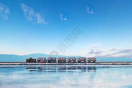 茶卡盐湖的小火车图片