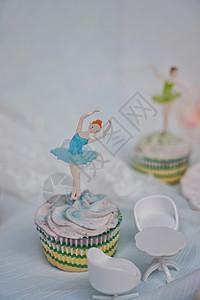 浅蓝色的跳舞姑娘杯子蛋糕场景特写图片