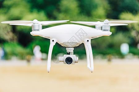 无人机悬停飞行状态图片