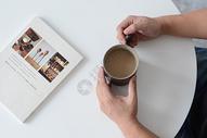 在桌上的手握咖啡杯图片