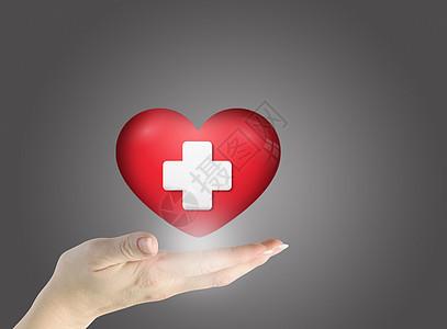 手捧红心,人类和心脏病的概念图片