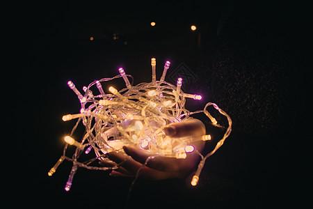 黑夜里捧着星光灯的手图片