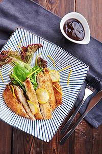 酸奶脆鸡排配黄节瓜罗莎红色拉图片