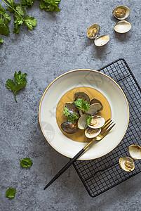 西餐盘里的蛤蜊图片