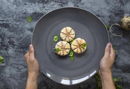 手中器皿的甜点图片