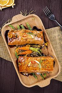 智利三文鱼配香芋妮与芦笋图片