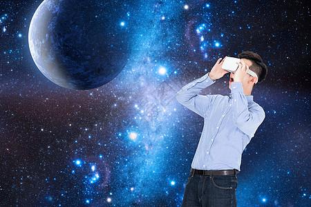 戴着VR眼镜仰望星空图片