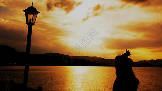 黄昏幽暗光线湖边唯美少女秋意图片