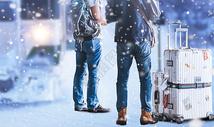 鹅毛大雪中火车旁带着行李包的男人背影图片