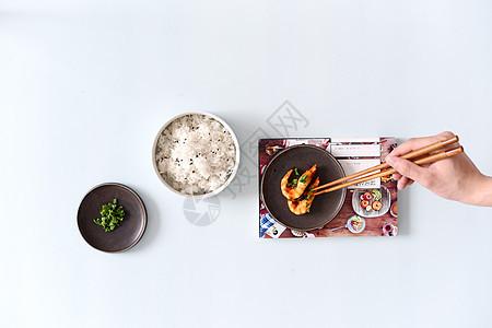 桌上的米饭和虾图片