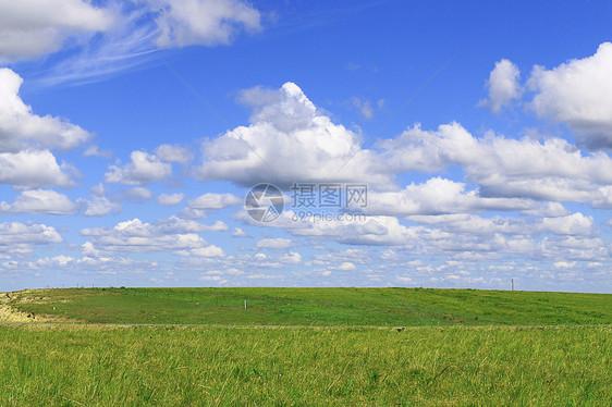 蓝天白云绿草地图片