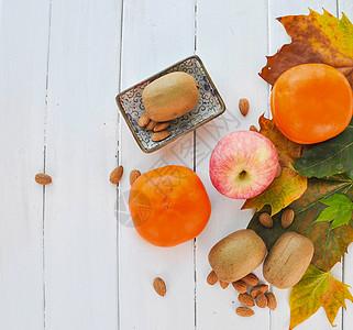 白木板上的水果平铺拍摄图片