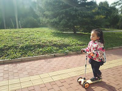 小女孩踏滑板车图片