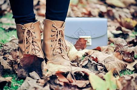 踩在落叶中图片