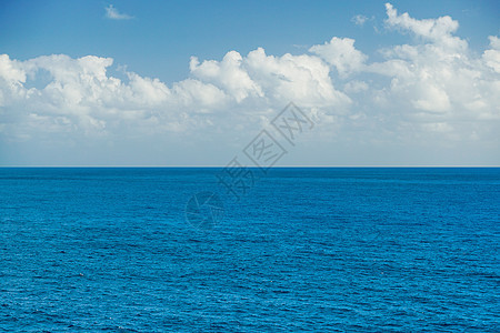 蔚蓝波光粼粼的海面图片