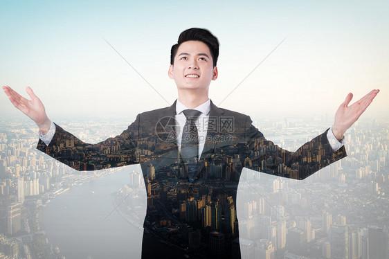 对城市张开双臂的男人背影图片
