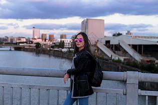 文艺美女城市黄昏街拍图片