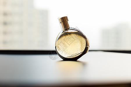 香水瓶子倒影建筑虚化图片