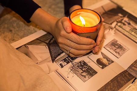 温馨生活美女双手捧蜡烛图片