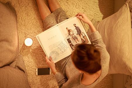 温馨生活美女翻看杂志图片