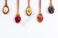 木勺里各种水果果肉图片
