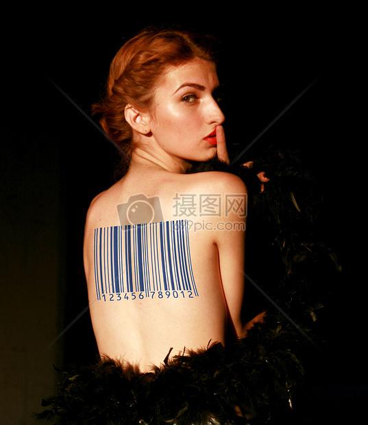 背部条形码纹身图片