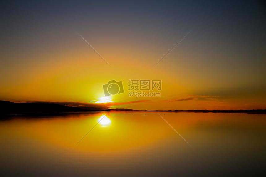 秋天黃昏的湖面