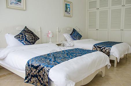 干净大床的酒店客房服务图片