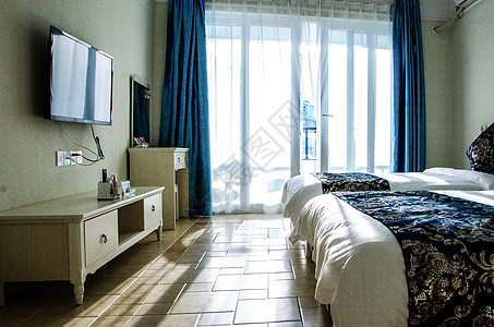 酒店客房大床电视机落地窗图片