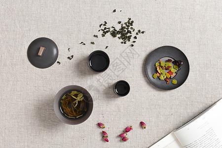 桌面上的茶叶与干果图片