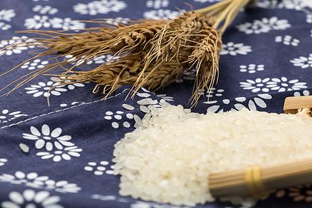 藏蓝色碎花布上的新鲜大米图片