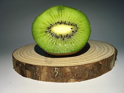 猕猴桃切面图木头底座图片